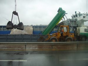 Loading contaminated soil in ship